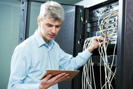 solucion de problemas: administrador de red ingeniero o administrador del servidor trabajador técnico en sala del centro de datos Foto de archivo