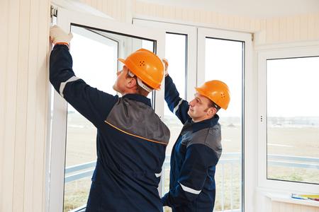 두 개의 창을 설치 근로자 이중 유리 창을 설치 스톡 콘텐츠