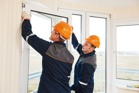 twee ramen installatie arbeiders installeren ruit dubbel glas