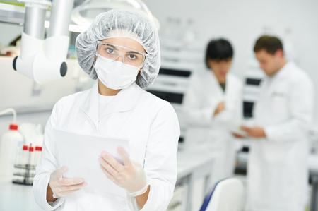 Retrato de mujer investigador científico farmacéutica en uniforme en el laboratorio de fábrica fabricación industria de la farmacia