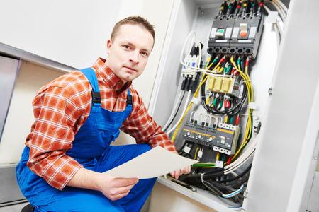 elektricien bouwer ingenieur inspecteur controleren van gegevens van apparatuur in de zekeringkast