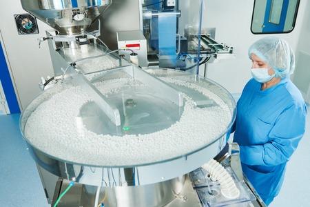 Farmacie. Farmaceutische industrie werknemer werkt tablet blister en kartonnerende verpakkingsmachine bij fabriek