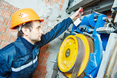 스패너 리프트의 엘리베이터 조정기구는 기계공 노동자 스톡 콘텐츠