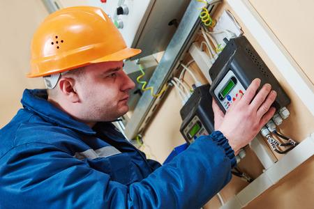 contador electrico: la instalación o la reparación trabajador electricista electricidad metro contador en la centralita