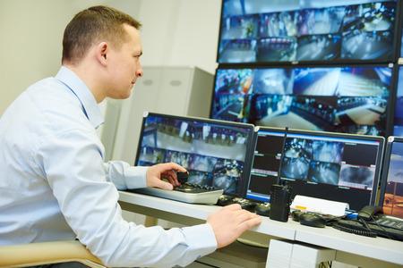 bewaker officer bekijken van video bewaking surveillance beveiligingssysteem
