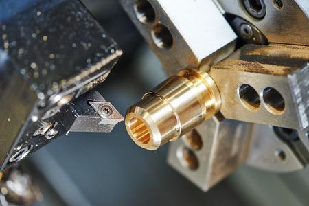 metaalverwerkende industrie. snijproces van metalen as op draaibank machine in werkplaats.