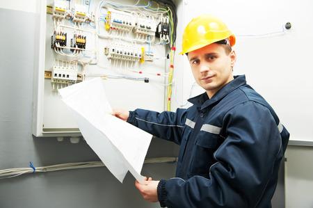 electricista: electricista constructor ingeniero inspector de verificación de los datos de los equipos en la caja de fusibles con proyecto de plan