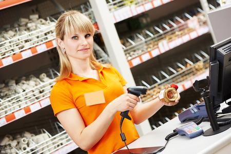 hardware: cajero vendedor con válvula de escáner de código de barras escaneado fontanero en la tienda Foto de archivo