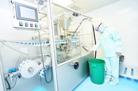 Industrie pharmaceutique. Homme ouvrier d'usine inspecter la qualité de l'emballage de poudre de la médecine dans l'usine pharmaceutique Banque d'images