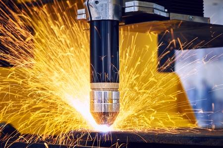soldadura: Carpintería metálica láser o corte por plasma. Tecnología de procesamiento de material de acero de chapa plana con chispas Foto de archivo