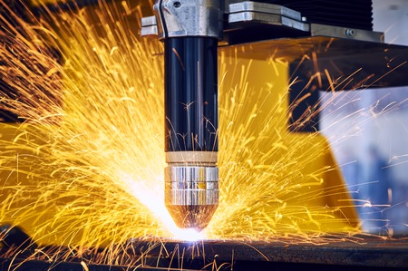 Laser or plasma cutting metalwork. Technology of flat sheet metal steel material processing with sparks Stockfoto