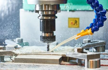 フライス加工金属加工プロセス。工業用 CNC 加工工場で切断端歯垂直ミルによって金属の詳細