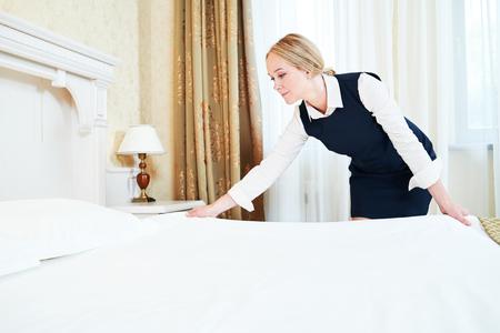 Hotel service. Making beddengoed in de kamer Stockfoto