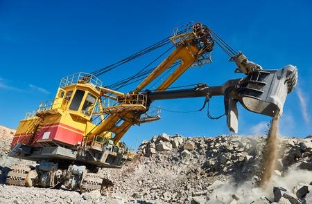 ヘビー ショベル花崗岩露天掘り鉱山採石場で石や鉄の鉱石の抽出