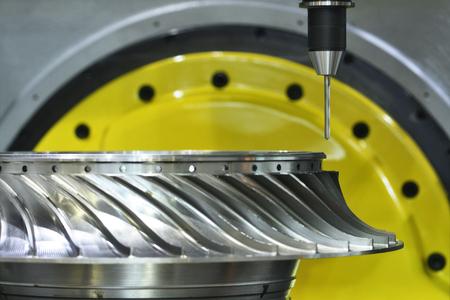 turbina: Fresado de corte proceso metalúrgico. La precisión de mecanizado CNC industrial de detalle de la turbina de metal por el molino en la fábrica Foto de archivo