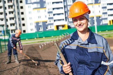 paysagiste: Portrait, heureux, ouvrier construction municipale de paysagiste faire de l'amélioration urbaine, l'aménagement paysager et d'embellissement Banque d'images