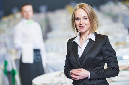 캐터링 서비스. 이벤트 기간 동안 연회장에서 웨이터 직원 앞의 레스토랑 매니저 초상화. 스톡 콘텐츠