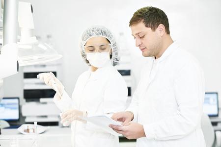 Portrait des travailleurs scientifiques pharmaceutiques de l'équipe de chercheurs de l'industrie pharmaceutique laboratoire d'usine de fabrication