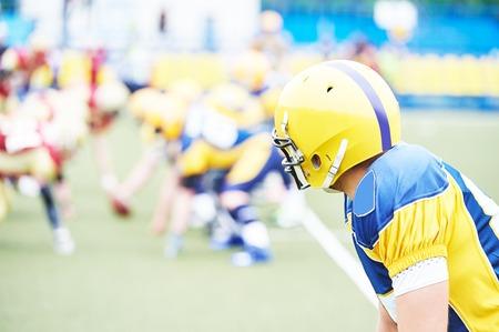 coger: jugador de fútbol americano listo para atrapar una pelota durante el juego