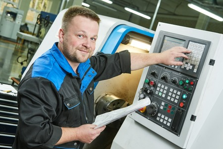金属加工業界の工場で cnc 旋盤泡をオペレーティング工場労働者またはサービス エンジニア