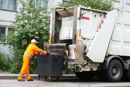 recolector de basura: Trabajador de residuos municipales de reciclaje de basura de carga del camión recolector de basura urbana y Bin