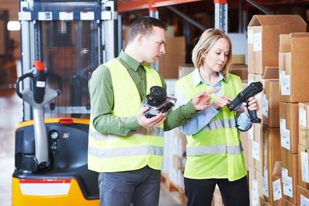 Mannelijke en vrouwelijke warehousing arbeider in pakhuis met draadloze barcode scanner. Warehouse Management System