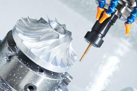 industriële metaalbewerking machinale snijproces door precisie frees met hardmetaal carbide insert op de moderne cnc machine.