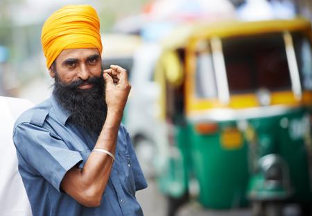 motorizado: India carrito auto de tres weeler hombre sij taxista tuk-tuk Foto de archivo