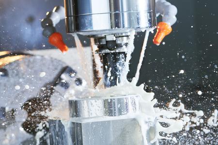 Frezen metaalbewerking proces. Industriële precisie CNC metalen door verticale snijden molen met koelvloeistof Stockfoto - 65192934