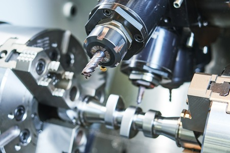 trabajo de los metales proceso industrial. CNC de precisión mecanizado de metales por el molino de corte, perforación y el cortador