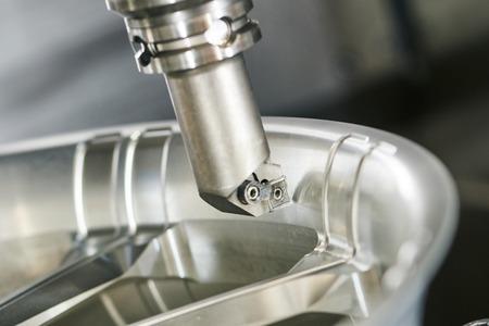 금속 가공 산업. 선반에 가공하는 자동차 금속 바퀴 림 카바이드 인서트가있는 커터. 선택적 초점 도구 스톡 콘텐츠