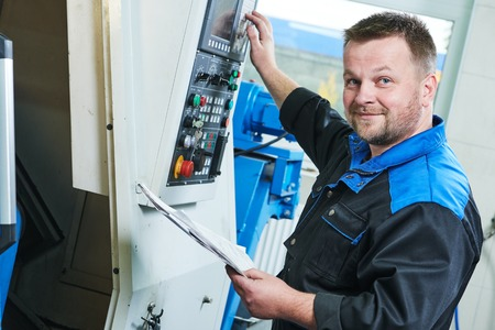 Ipari gyári munkás vagy szervizmérnök CNC forgódugó gépet gyárilag fémmegmunkáló iparban