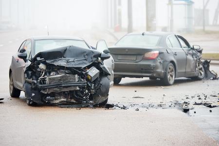 Autohavárie nehodě na ulici s vraku a poškozené automobily po srážce