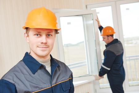 Dva pracovníci instalaci okna dvojitého skla Reklamní fotografie