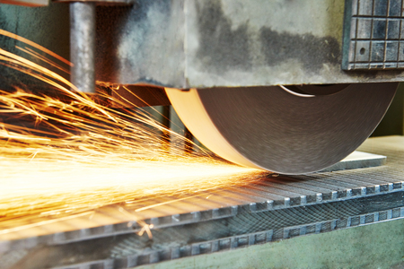Metallbearbeitung Industrie. Veredelung oder Metalloberfläche an der Fabrik auf horizontalen Schleifmaschine Schleifmaschine Standard-Bild - 65192977