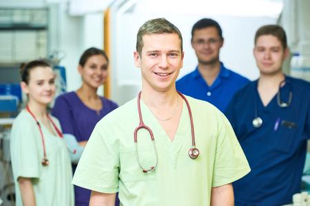 Ziekenhuis medic personeel. Team van jonge chirurg artsen in verrichtingsruimte
