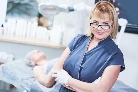 adulto con experiencia hermosa cosmetólogo femenina en el gabinete de cosmetología
