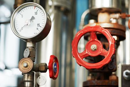 sistemas: Primer del manómetro, tuberías y válvulas del grifo de calefacción en una sala de calderas