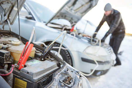 Automobile startaccu probleem in de winter koud weer Stockfoto - 68876663