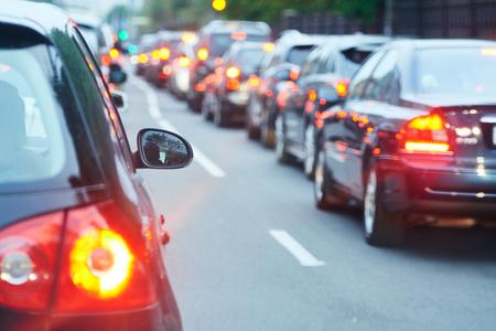 Verkeersopstopping in een stadsstraatweg