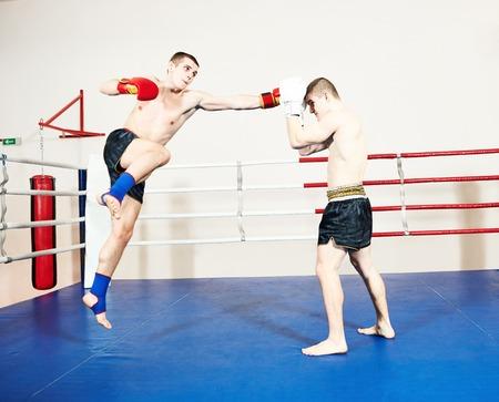 luchadores de muay thai en ring de boxeo Foto de archivo