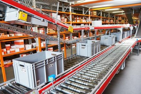 Automatizovaný sklad. Krabice s náhradními díly pohybujícími se na dopravníku Reklamní fotografie
