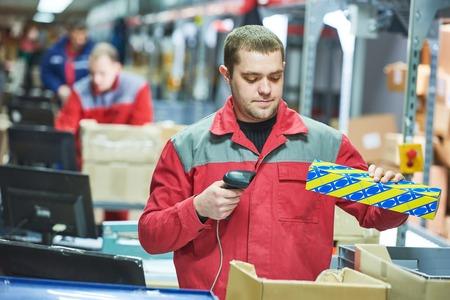 Arbeiter mit Laser-Barcode-Scanner im Lager Standard-Bild - 71397295