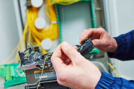splice: fiber optic cable splice machine in work