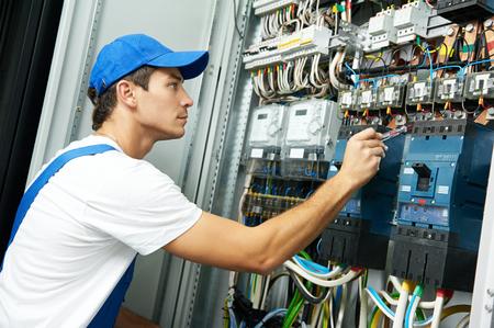 Elektricien hand met testspanning schroevendraaier