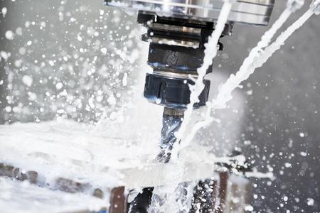 Frezen metaalbewerking proces. Industriële CNC-metaalbewerking door verticale molen
