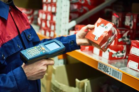 Échelle de pièces détachées d'automoteur d'un magasin d'entrepôt avec scanner laser à code-barre Banque d'images