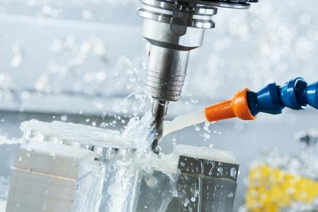 Frezen metaalwerk proces. CNC metaalbewerking door verticale molen
