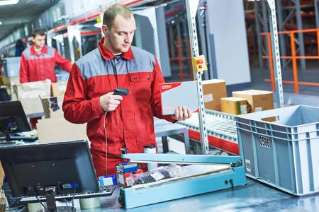Arbeiter mit Laser-Barcode-Scanner im Lager Standard-Bild - 78508909