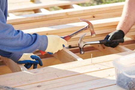 overol: Carpintería de madera. Trabajador, martilleo, clavo